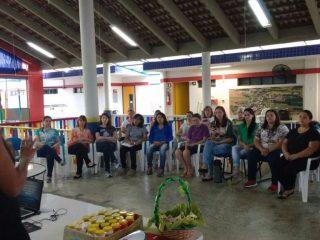 Formação com auxiliares de ensino, professores e funcionárias da rede municipal de ensino.