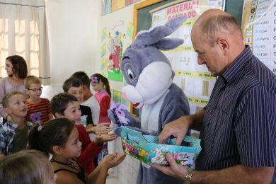 Administração distribuiu doces para as crianças da Rede Municipal de Ensino