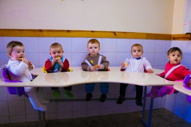 Escola Municipal de Educação Infantil Rainha ganhou mesas de refeição para o maternal