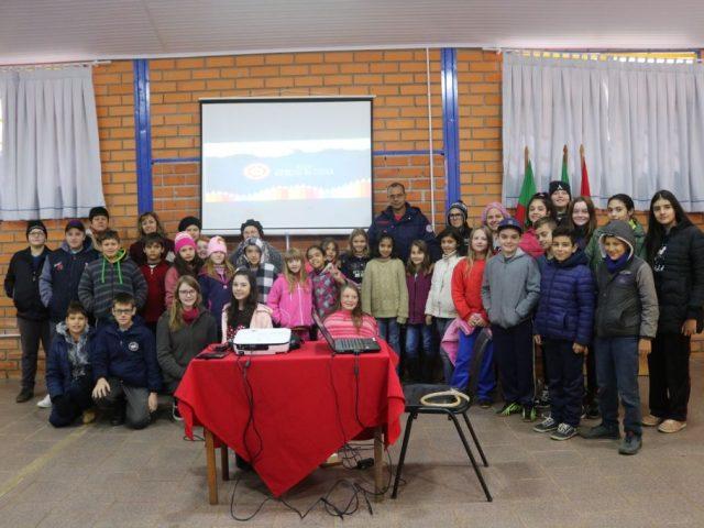 """Palestra é ministrada aos alunos da rede pública e estadual sobre o projeto """"Bombeiros na Escola"""""""