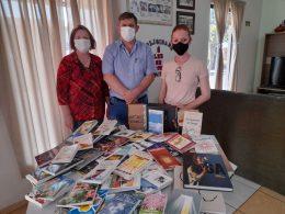 Biblioteca Municipal recebe kit de livros do estado