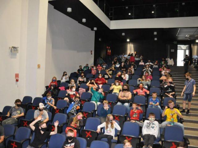Ainda em comemoração ao dia das crianças estudantes três-cantenses assistem peça teatral